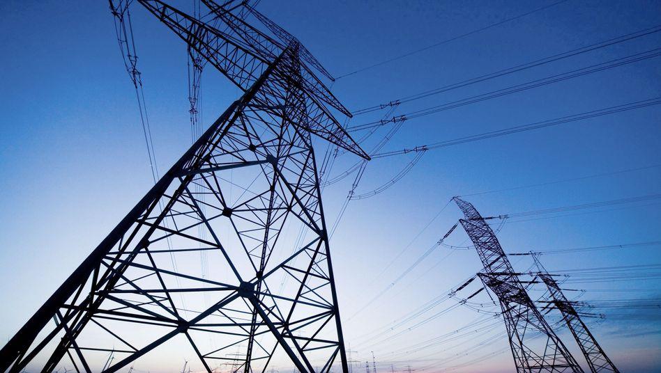 Strommasten: Smart Grid seit Jahren im Verzug