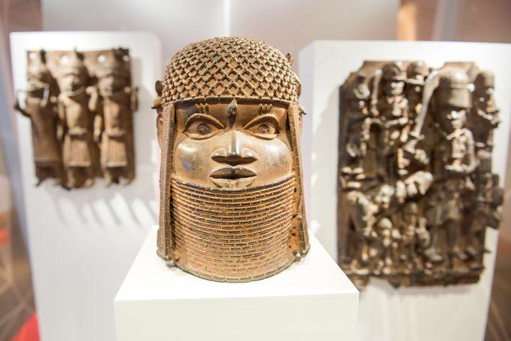 Eine von drei Benin-Bronzen, ausgestellt im Hamburger Museum für Kunst und Gewerbe