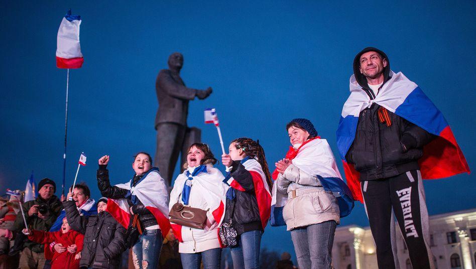 Jubel in Simferopol: Menschen freuen sich über das Ergebnis