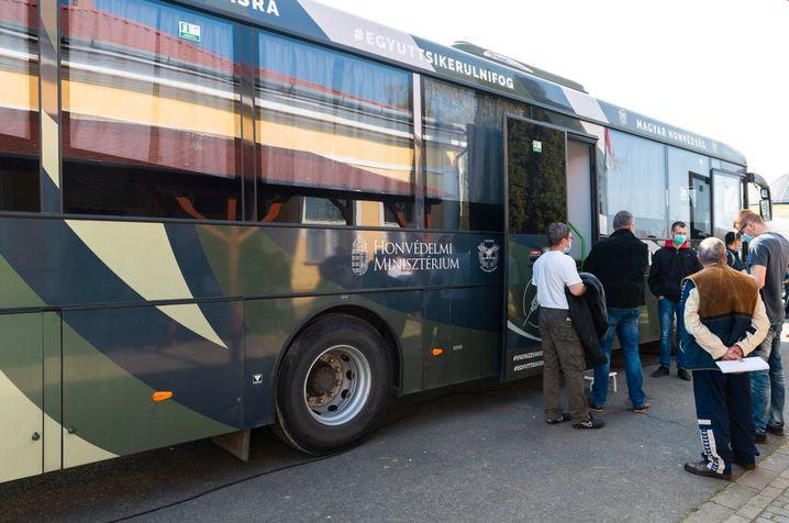 Ein mobiles Impfzentrum in der ungarischen Stadt Nabrad – bereits die Hälfte der Bevölkerung im Land ist geimpft