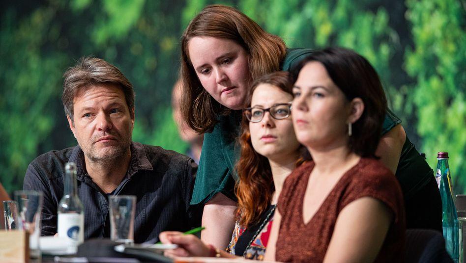 Teile des Bundesvorstands der Grünen: Robert Habeck, Ricarda Lang, Jamila Schäfer und Annalena Baerbock. Die Stimmung war gut, aber nicht euphorisch.