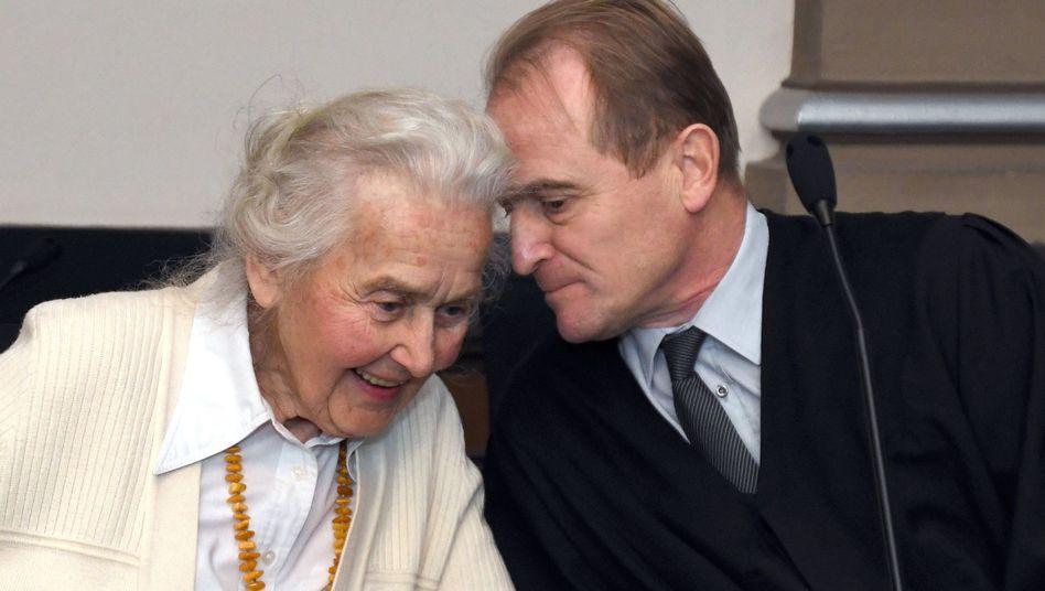 Ursula Haverbeck mit ihrem Anwalt im Gerichtssaal in Verden