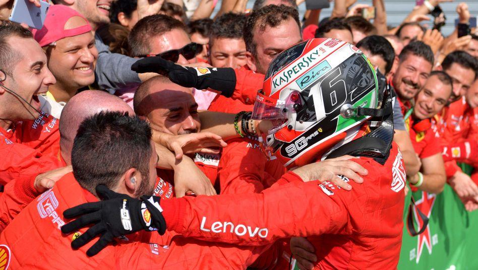 Charles Leclerc feiert mit seinem Team den Sieg in Monza