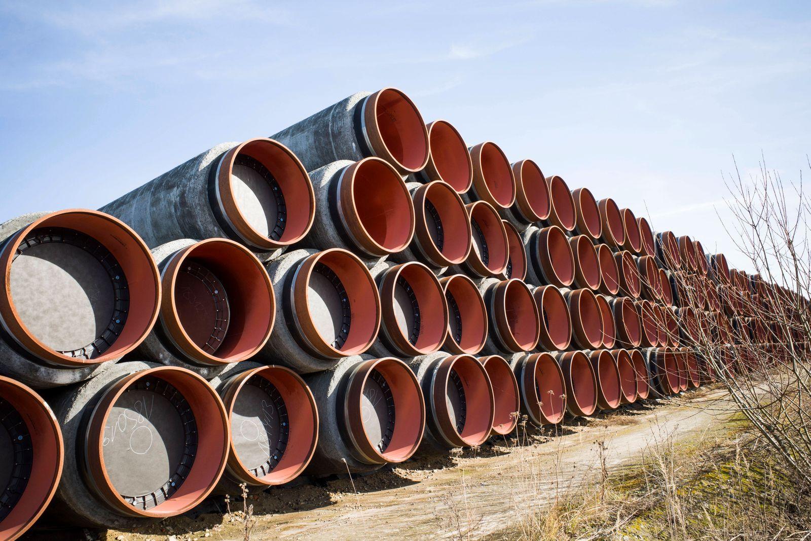 Pipeline-Röhren für den Transport von Erdgas lagern im Seehafen Sassnitz-Mukran. Sowohl Rohre für den Bau der polnische