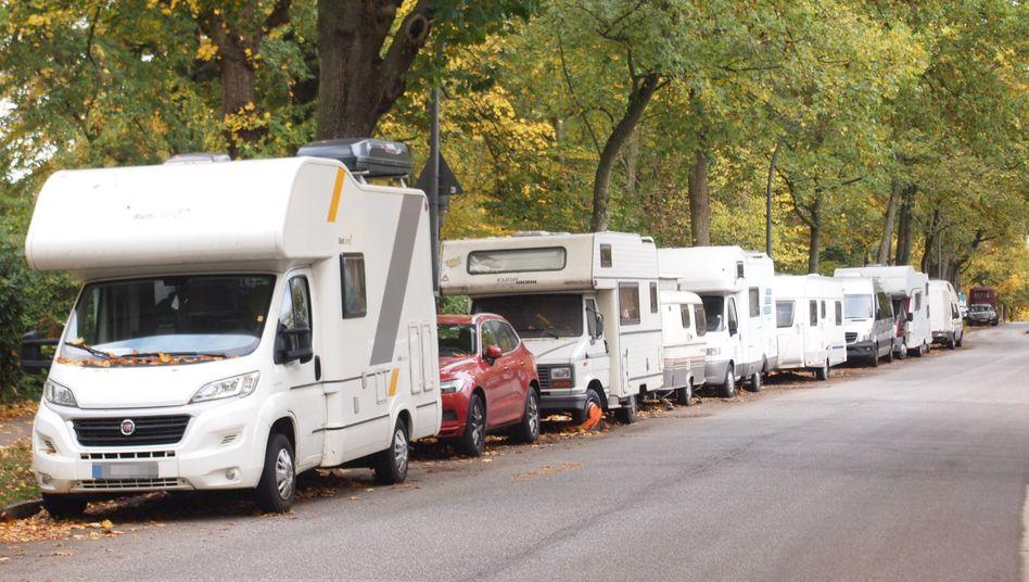 Schon im Herbst füllten sich manche Straßenränder (wie hier in Hamburg) mit abgestellten Wohnmobilen und Wohnwagen