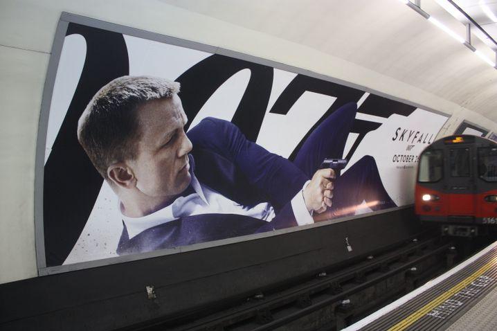 """Skyfall""-Plakat in der U-Bahn in London: Da liegt Bond!"