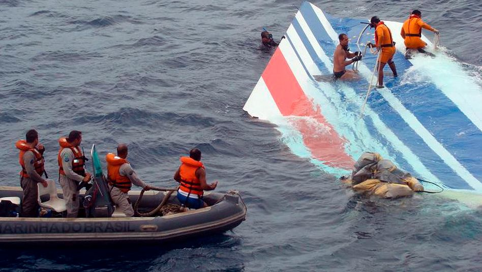 Trümmer des abgestürzten Airbus 330 im Atlantik (Archivbild)