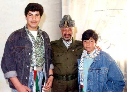 Ohne die gewohnte Kopfbedeckung: Arafat mit Samir (r.) und Bruder