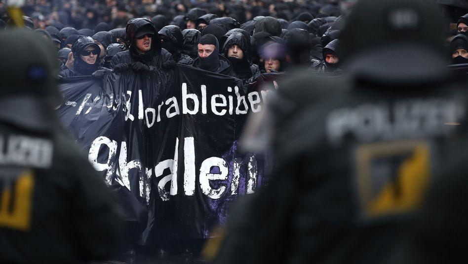 Demonstranten und Polizei: Rachsüchtig erscheinende Parteien