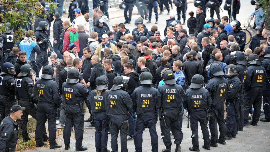 Polizisten im Einsatz (Archiv): Kosten soll in Bremen die DFL tragen