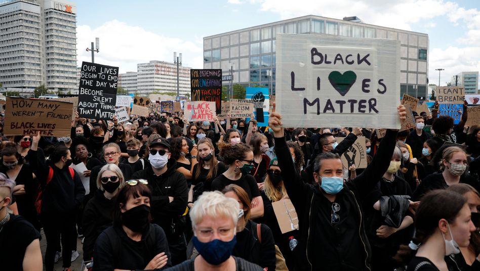 Demonstration gegen Rassismus auf dem Berliner Alexanderplatz: Solidarität mit der US-amerikanischen Black-Lives-Matter-Bewegung