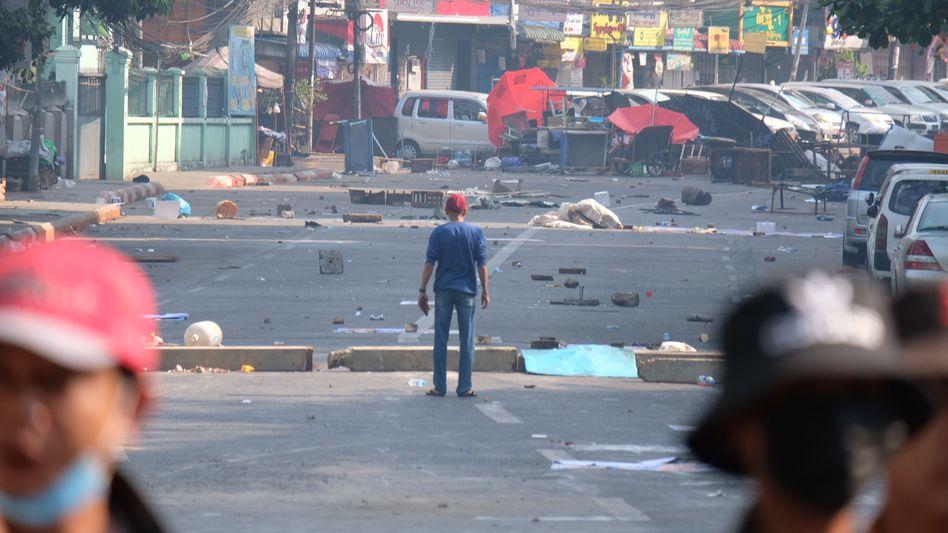 Nach den tödlichen Schüssen an der Hledan Road in Yangon am 28. Februar, im Hintergrund die Barrikade. Der SPIEGEL zeigt in diesem Artikel Fotos, die Min Ant Thoon an jenem Tag gemacht hat.