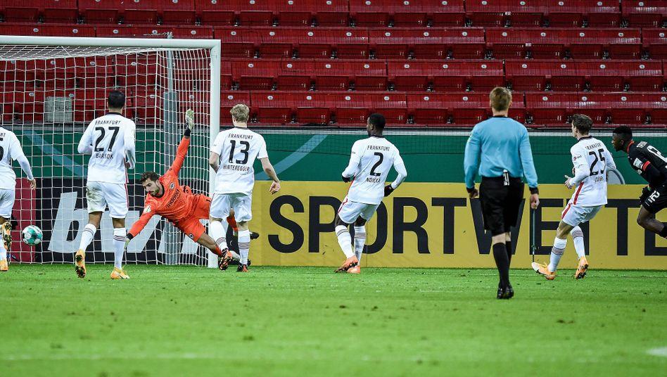 Leverkusens Führungstreffer durch Edmond Tapsoba (r.)