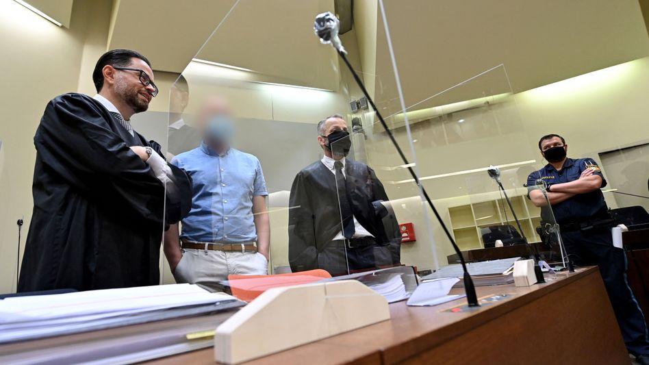 Angeklagter Mark Schmidt (2. v.l.) am ersten Tag des Prozesses
