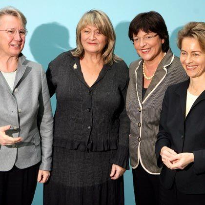 """Bildungsministerin Schavan (links), Emma-Herausgeberin Schwarzer, Gesundheitsministerin Schmidt Familienministerin von der Leyen, (rechts): """"Leben braucht Gewicht"""""""