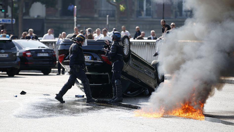 Proteste gegen Uber in Frankreich: Taxifahrer blockieren Zufahrt zu Pariser Flughafen