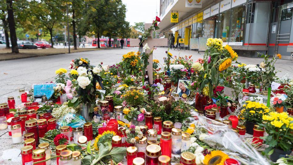 Ein Holzkreuz und ein Foto des Opfers in Chemnitz