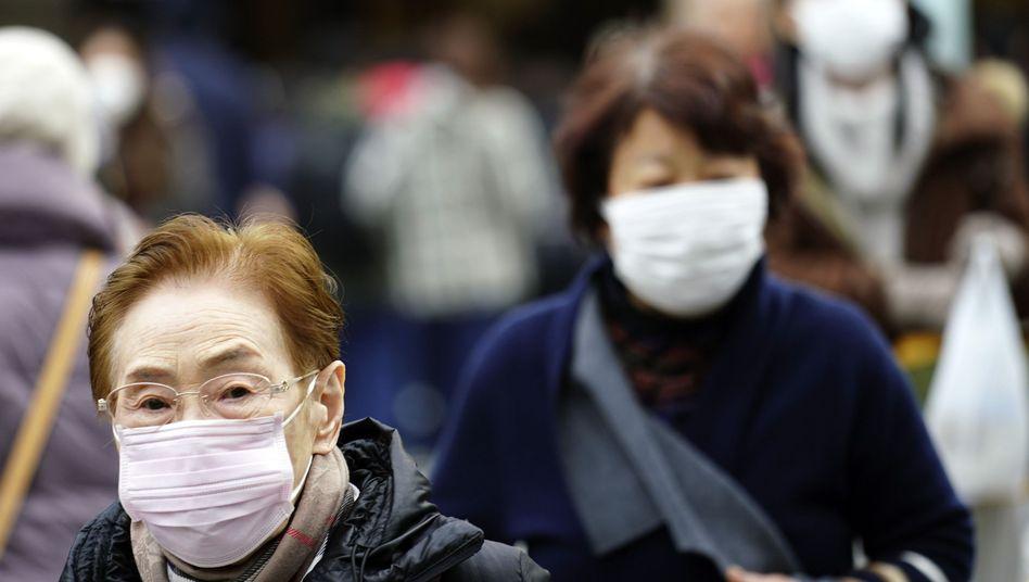Passanten in Tokio: Auch in Japan wurde bereits ein Patient positiv auf das Corona-Virus getestet