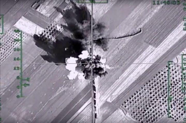 Foto der russischen Luftwaffe: Luftschlag gegen Truck-Konvoi in Aleppo am