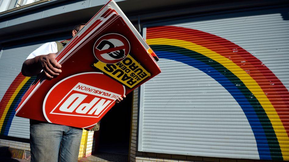 Mann mit NPD-Plakaten in Dortmund (Archivbild): Partei veröffentlicht vertrauliches Material
