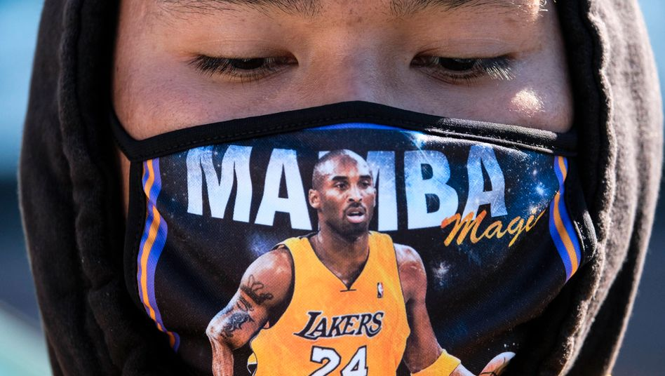 Fan von Kobe Bryant mit einer »Black Mamba«-Maske