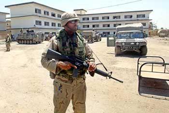 Schwierige Sicherheitslage: US-Soldaten vor Uni-Gebäuden in Bagdad (2003)