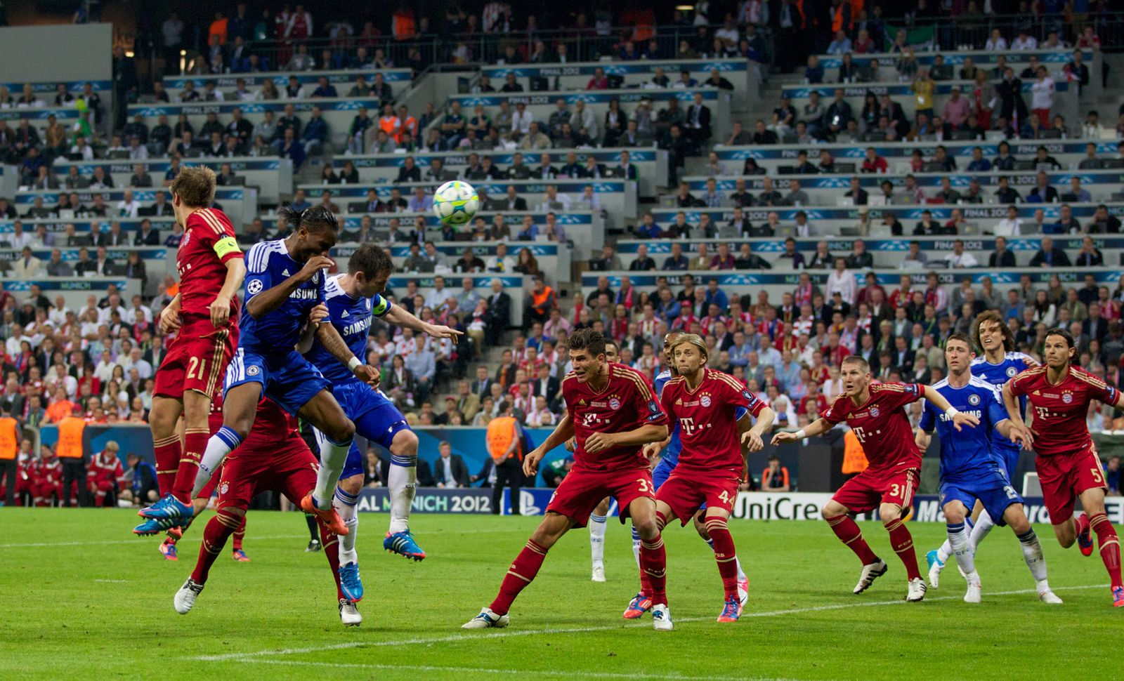 Chelsea s Didier Drogba scores the equalising 1 1 goal to secure extra time against FC Bayern Munche