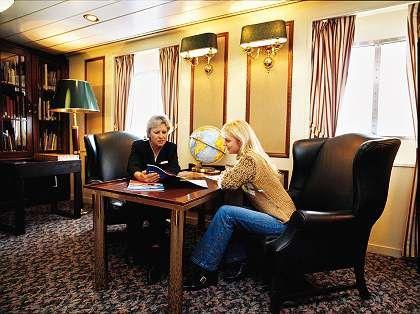 Ein offenes Ohr für die Gäste: Hostessen auf Kreuzfahrtschiffen helfen zum Beispiel bei der Planung eines individuellen Ausflugs