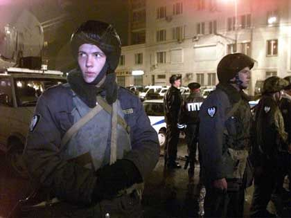 Polizisten und Soldaten haben das Gelände um das Theater weiträumig abgesperrt