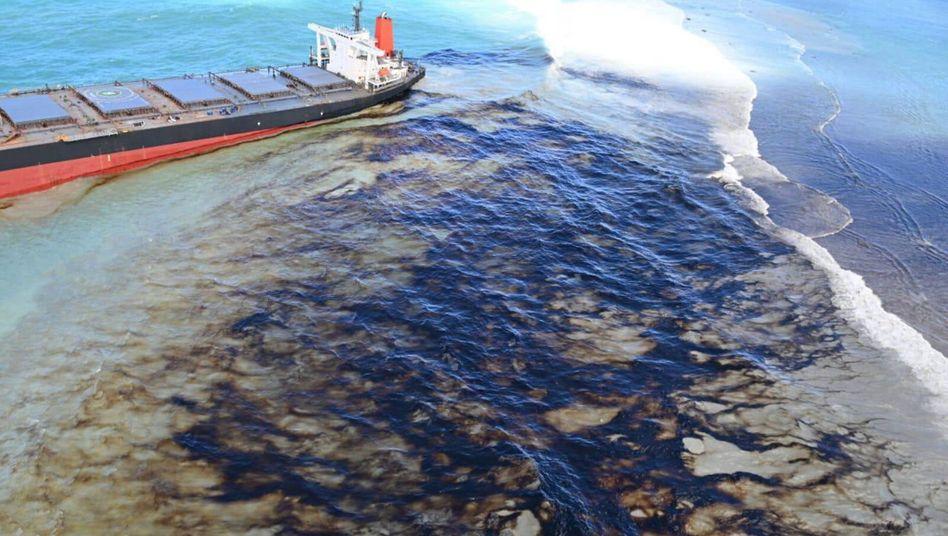 """Die """"Wakashio"""" verliert vor Mauritius' Küste Öl"""