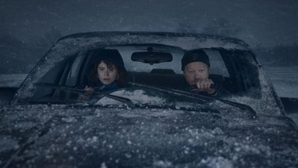 "Hauptdarsteller Buckley, Plemons in ""I'm Thinking of Ending Things"": Das Elend der Liebe"