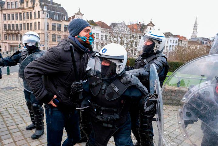 Polizisten am Rande der Demonstration mit dem Titel »Vecht voor je recht« (auf Deutsch: Kämpft für eure Rechte)