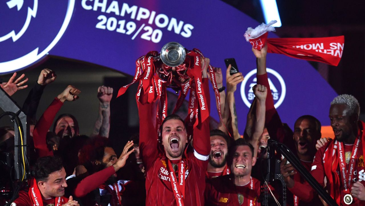 Premier League Fc Liverpool Bekommt Meisterpokal Fc Chelsea Muss Zittern Soccer Addict