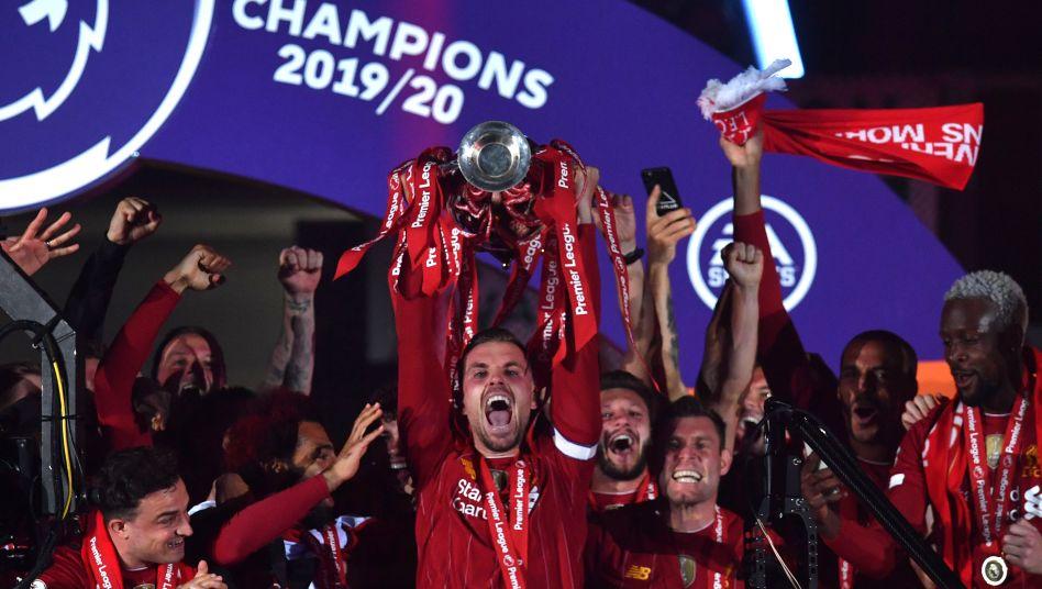 Liverpools Kapitän Jordan Henderson reckt die Trophäe in die Höhe: Das Team von Jürgen Klopp feiert den ersten Meistertitel seit 30 Jahren