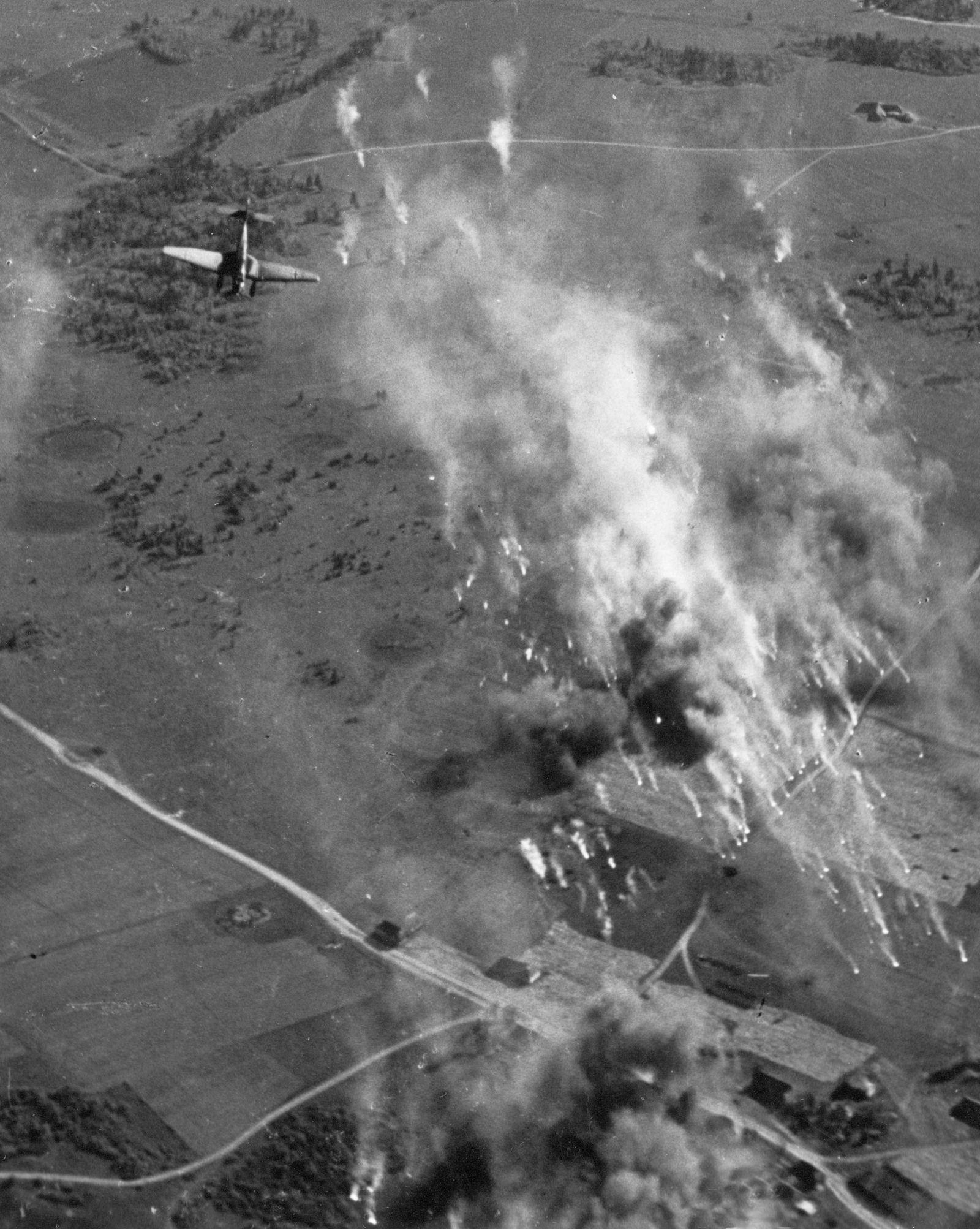 Angriff deutscher Stukas auf sowjetische Stellungen im Kessel von Wjasma