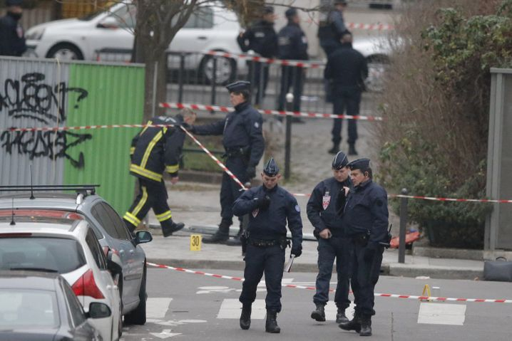 Polizisten vor dem Redaktionsgebäude