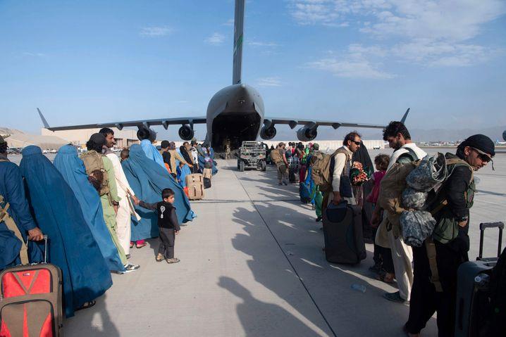 Aufgereiht für eine ungewisse Zukunft: Afghaninnen und Afghanen am Flughafen Kabul