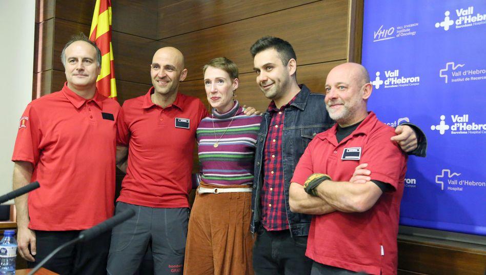 Patientin Audrey Mash mit ihrem Mann (2.v.r.) und Feuerwehrleuten, die an ihrer Rettung beteiligt waren