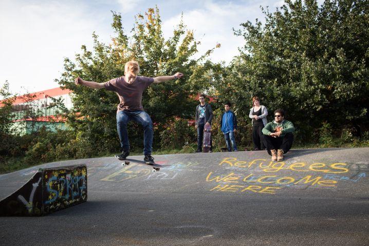 Anton Richter, Initiator der Skater-Initiative, mit Flüchtlingen im Skatepark an der Grundschule