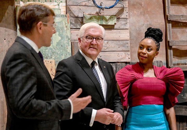 Hartmut Dorgerloh, Generalintendant des Humboldt Forums, mit Steinmeier und Adichie: »Arroganz der erstaunlichsten Sorte«