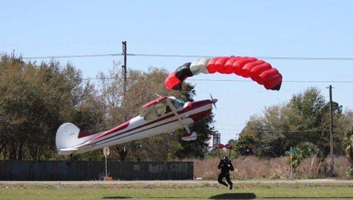 Unfall in den USA: Ein Flieger hängt in den Seilen