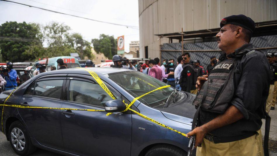 Sicherheitskräfte vor der Börse in Karachi: Mit diesem Fahrzeug sollen die Angreifer vorgefahren sein