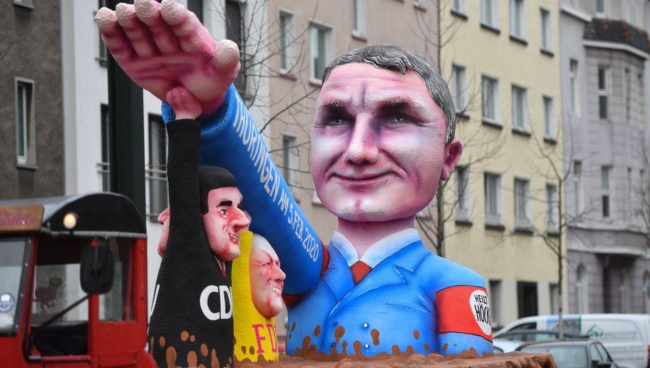 Rosenmontagsumzüge im Rheinland: Karnevalisten trotzen schlechtem Wetter - und attackieren Höcke