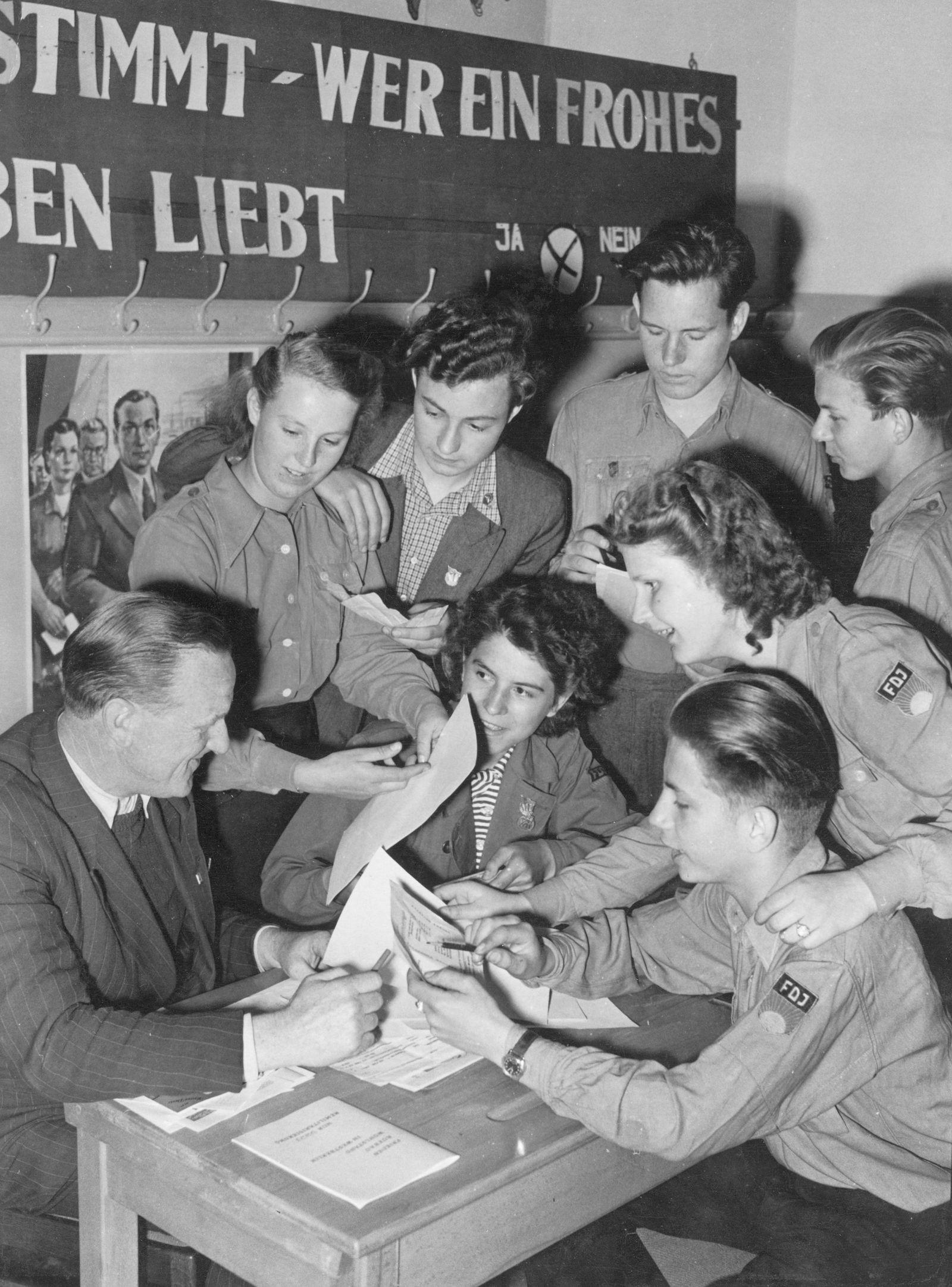 """Volksbefragung """"gegen die Remilitarisierung Deutschlands und für den Abschluß eines Friedensvertrags"""" am 3.Juni 1951"""