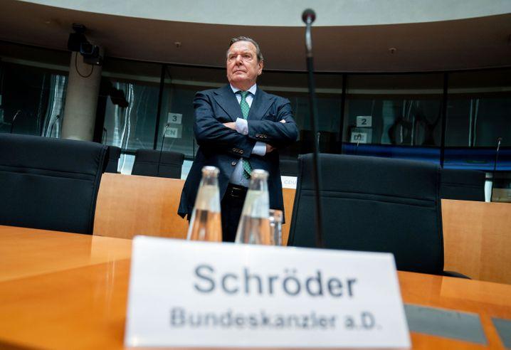 Schröder vor Beginn der Anhörung im Wirtschaftsausschuss