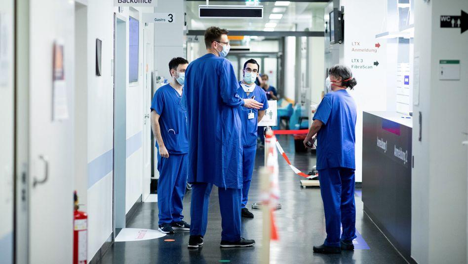 Ärzte und Pflegekräfte bei einer Besprechung in einem Krankenhaus (Archivfoto vom März 2020)
