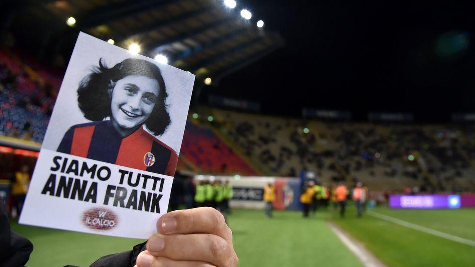 Bild von Anne Frank im Stadion von Bologna