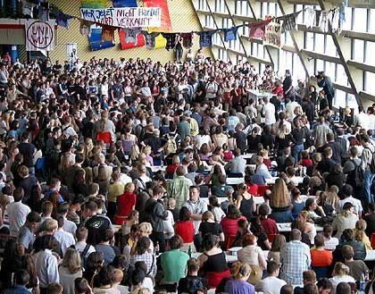 Vollversammlung in Bochum: 2500 Studenten in der Mensa