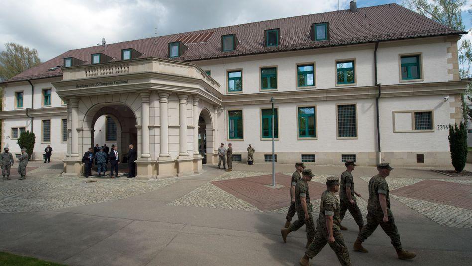 Auf Abruf: Mitglieder der US-Streitkräfte gehen in den Patch Barracks nach dem Kommandowechsel des United States European Command (EUCOM) in Stuttgart am Hauptquartier vorbei