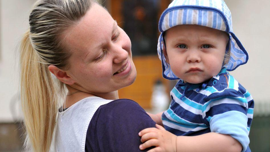 Junge Mutter mit ihrem Sohn: Zu Hause betreuen oder in die Kita geben?